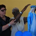 Constância Azevedo,97, a aposentada mais idosa presente ao evento, coroou a imagem de Nossa Senhora